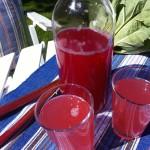 Rabarbersaft med hindbær og ribs