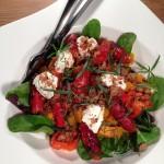 Salat med græskar, chorizo og gedeost