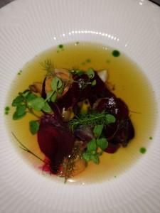 Fermenterede og rå grøntsager med bouillion og persille
