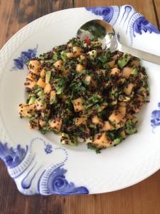 Salat med sort quinoa, melon og chili